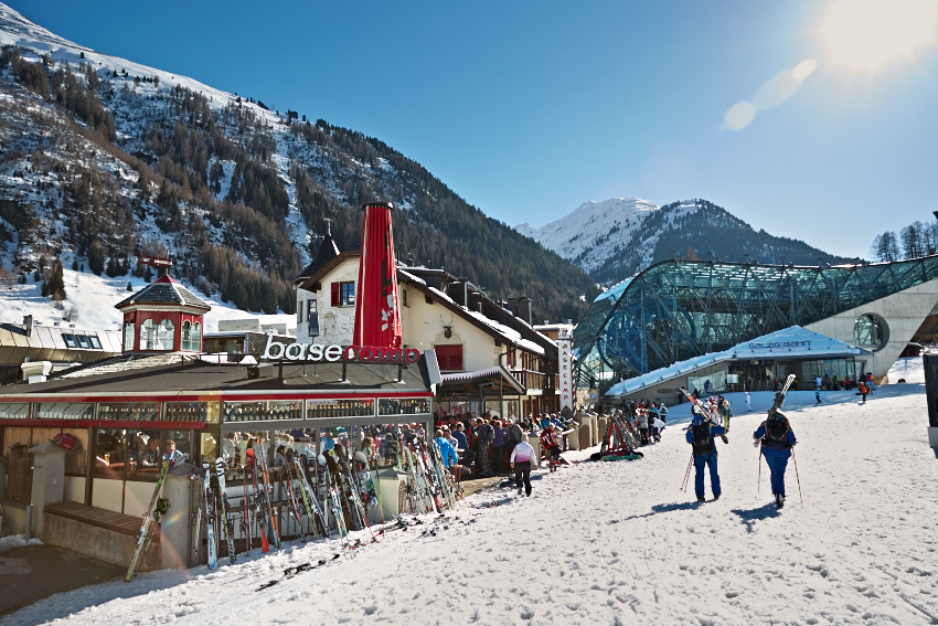 Das Basecamp Apres Ski Lokal an einem sonnigen Tag im Winter am Arlberg