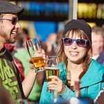 Pärchen trinkt Bier während Aprés Ski in St. Anton am Arlberg