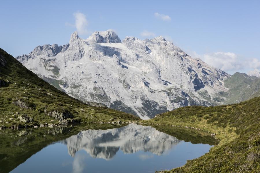 Bergsee an einem sonnigen Tag im Montafon, Österreich