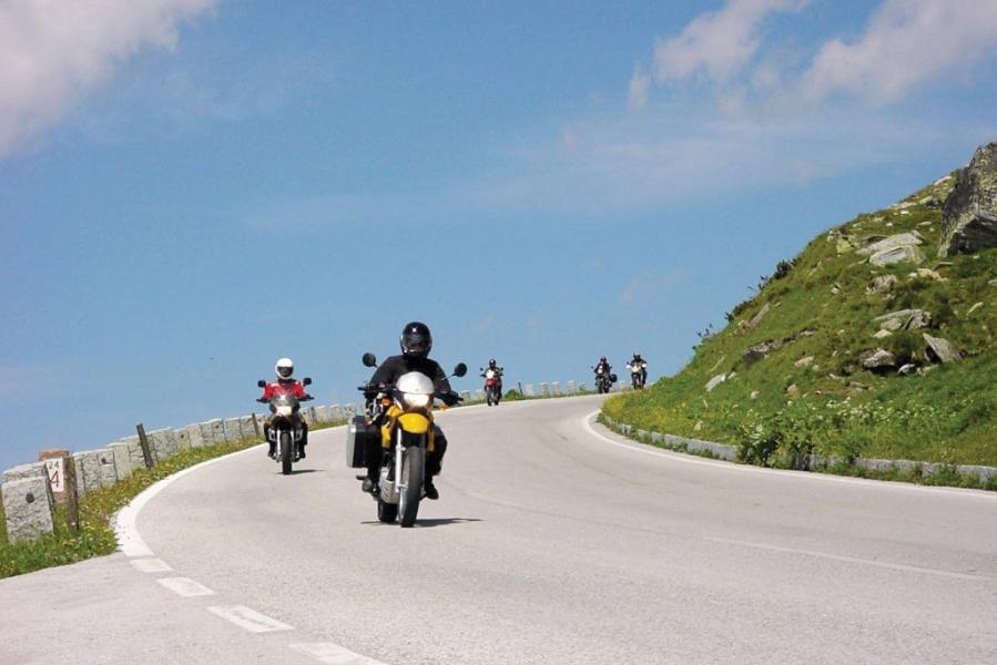 Motorradfahrer auf einer Bergstraße in Vorarlberg