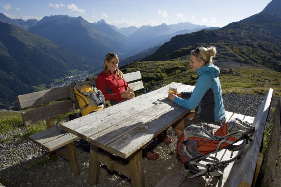 Zwei Frauen bei einer Einkehrpause auf der Hütte in St. Anton am Arlberg