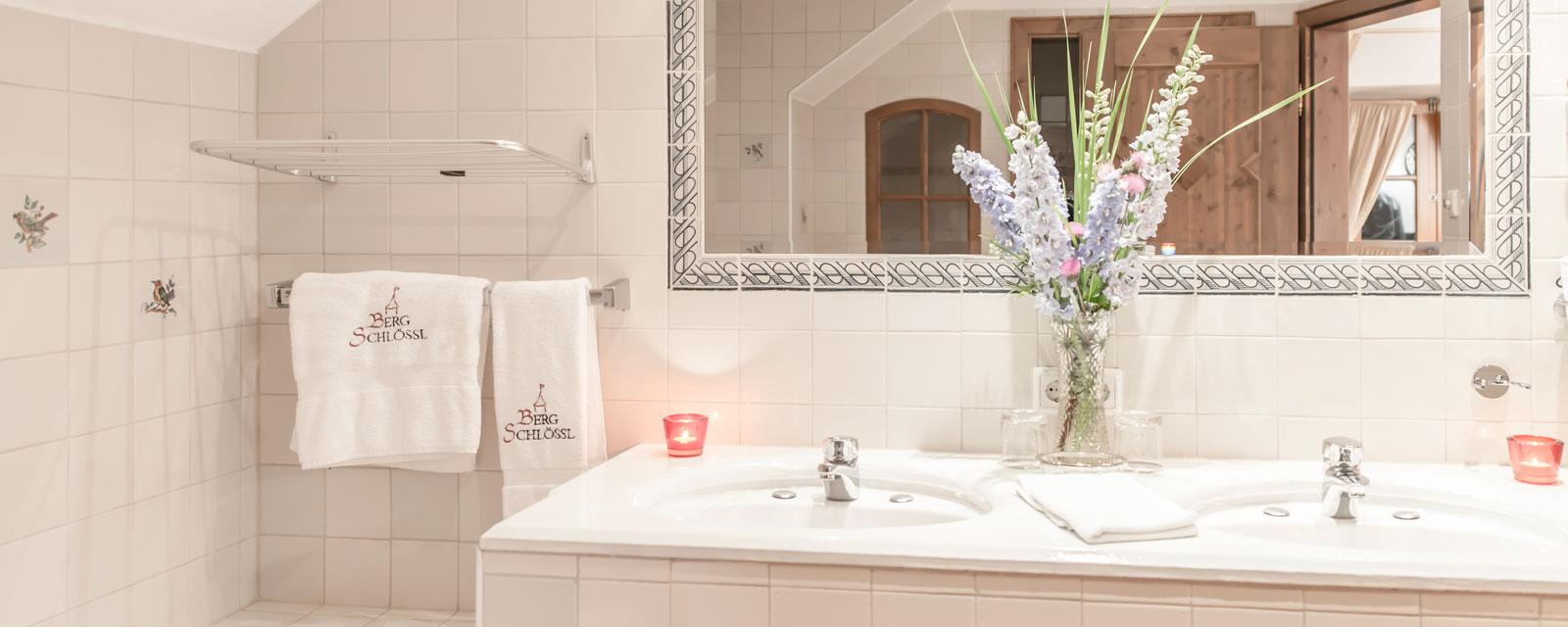 Stilvolles Badezimmer mit Blumen