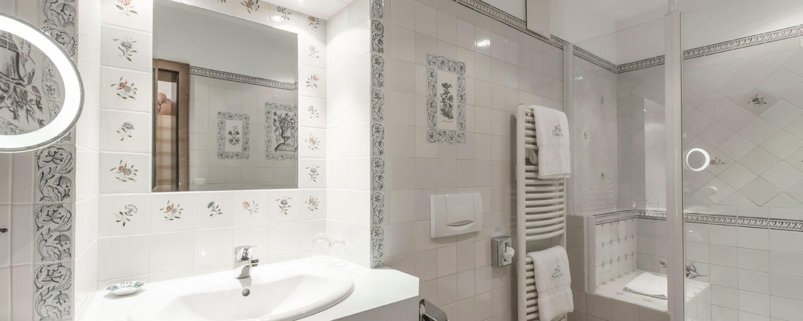 Badezimmer mit Spiegel und Waschbecken