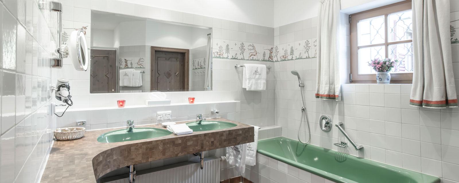 Badezimmer in den Farben weiß, braun, grün