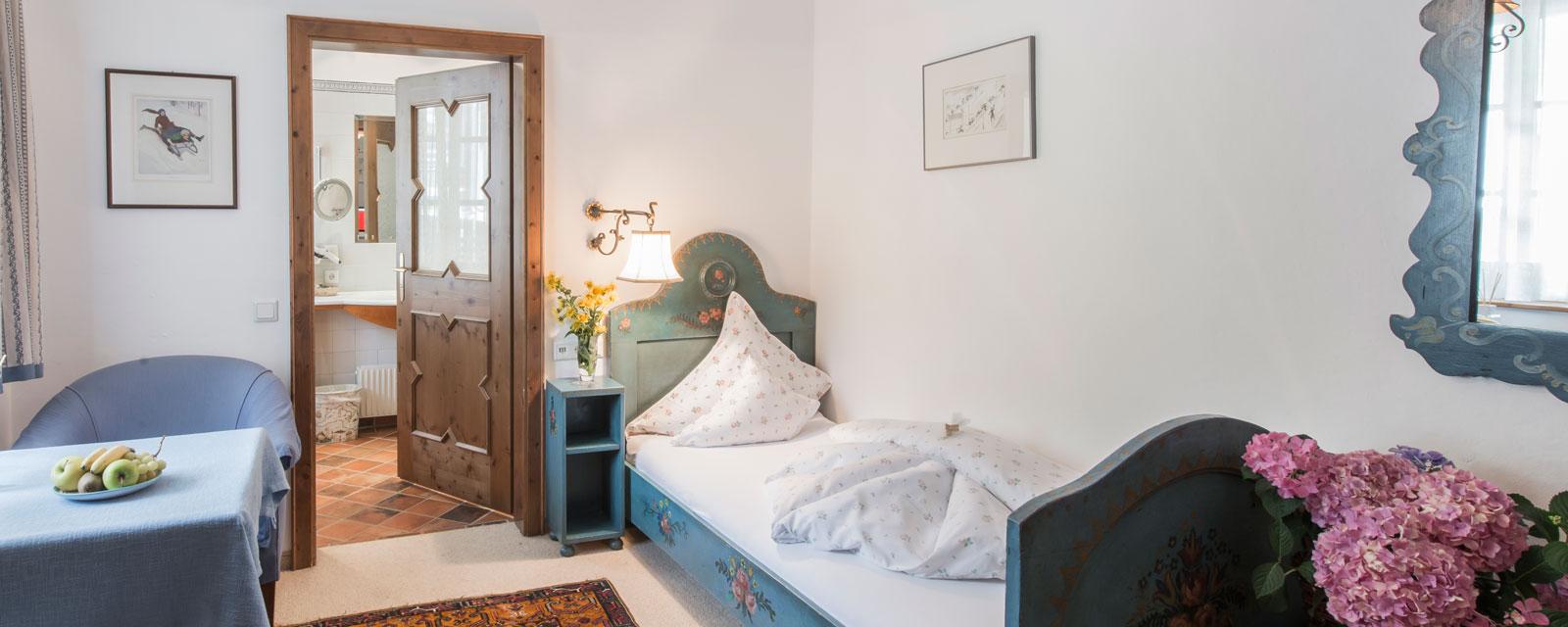 Einzelbett in kleinem Zimmer