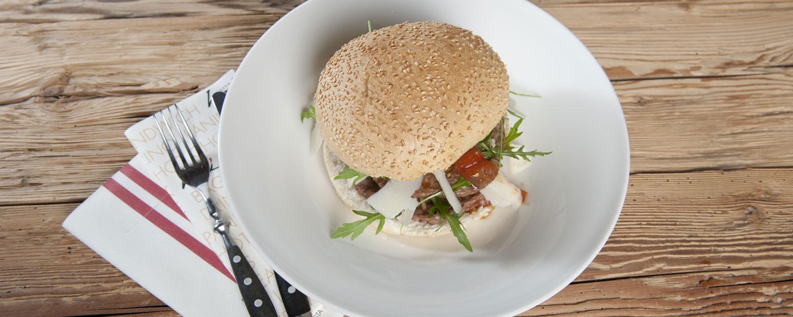Burger auf einem großen Teller angerichtet