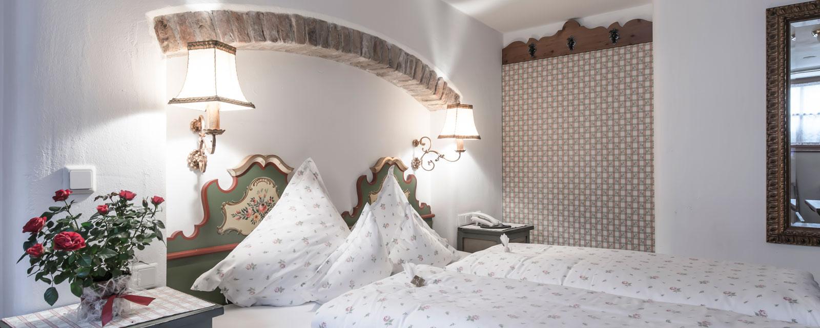 Nahaufnahme eines Doppelbetts im Bergschlössl