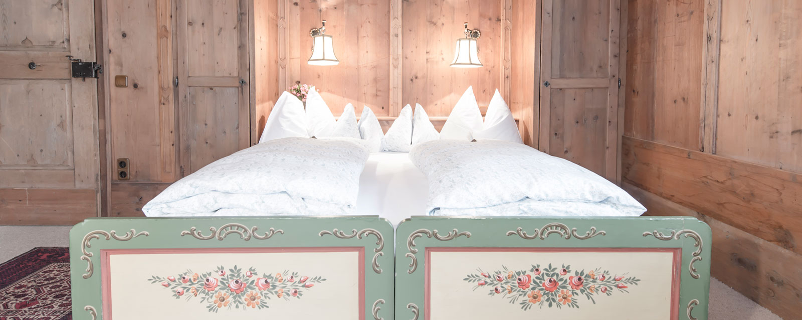 Doppelbett in traditioneller Tiroler Stube