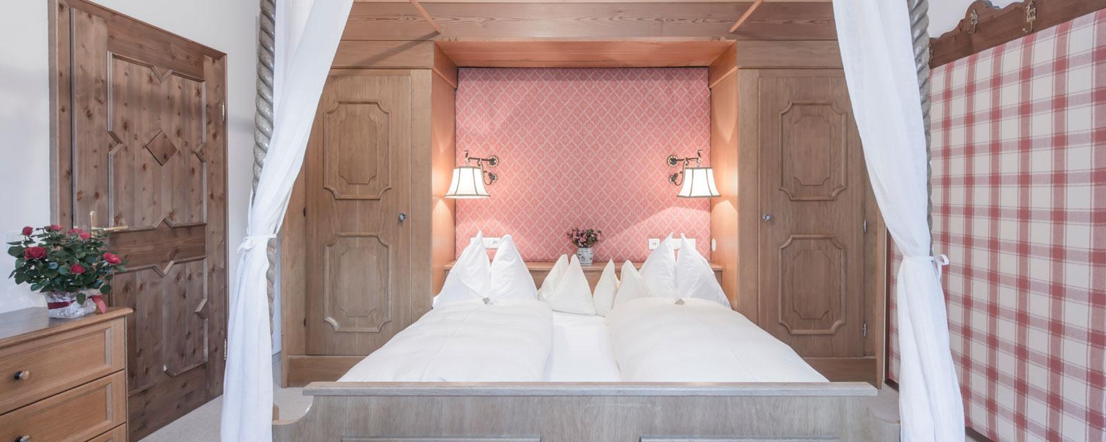 Doppelbett in verträumtem Zimmer