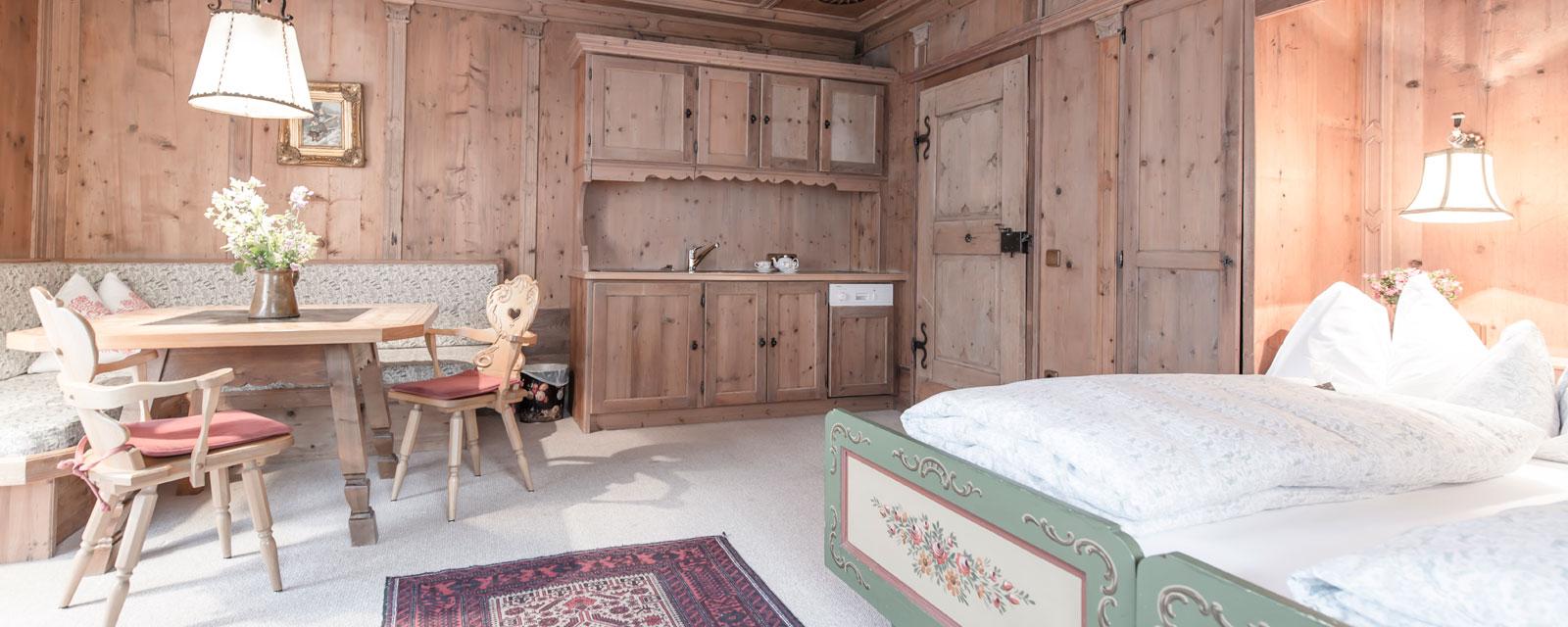 Mit alten Möbeln ausgestattetes Zimmer